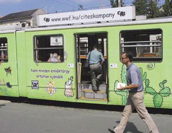 Le tram peint pour une campagne publicitaire destinée aux habitants de Budapest